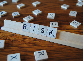 scrabble písmenka RISK
